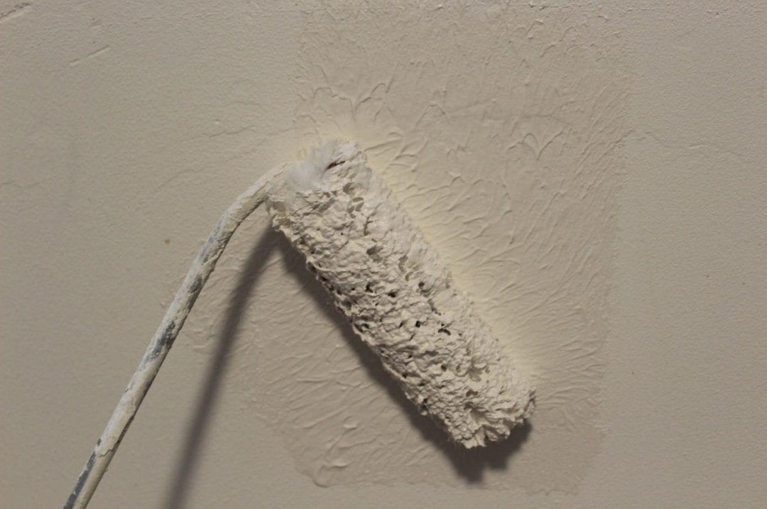 Kalk wird mit einer Walze aufgetragen